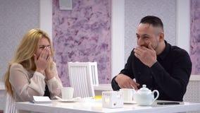 cukierniany target630_0_ pary Dobiera się mężczyzna i kobiety opowiada w ślicznych kawiarniach i ogląda na telefonie komórkowym zbiory