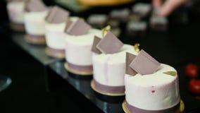 Cukierniczek r?ki stawiaj? handmade marshmallows w ostros?upie