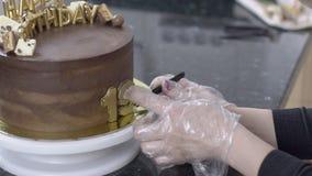 Cukierniczka w rękawiczkach robi tortowi 19th rocznica urodziny zbiory wideo