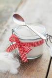Cukierniczka z łyżką na stole Fotografia Stock