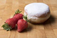 Cukieru i dżemu donuts z truskawkami obraz royalty free