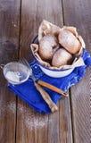 Cukiery pudrujący cynamonowi pączki w metalu nieociosanym pucharze na nieociosanym drewnianym tle z arfą Fotografia Stock