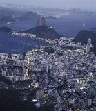 Cukrowego bochenka i Botafogo zatoka przy nocą, Rio De J (Pão De Açucar) obrazy stock