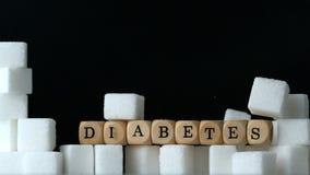 Cukrowi sześciany i kostka do gry literuje cukrzyca spada puszek w czarnym tle nad cukrową sześcian ścianą zbiory