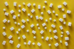 Cukrowi sześciany i marshmallows na żółtym tle Zdjęcia Stock