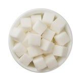 Cukrowi sześciany w pucharze odizolowywającym na białym tle obrazy stock