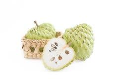 Cukrowy jabłko na koszu odizolowywa na białym tle zdjęcia royalty free