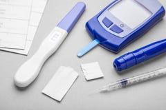Cukrzyce mellitus, narosły krwionośny cukier w kobieta w ciąży Glucometer i pozytywu test dla variability fotografia royalty free
