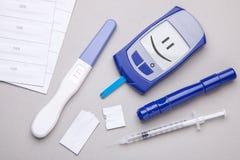 Cukrzyce mellitus, narosły krwionośny cukier w kobieta w ciąży Glucometer i pozytywu test dla variability zdjęcie royalty free