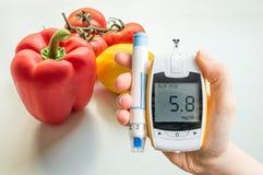 Cukrzycowa dieta, cukrzyce i zdrowy łasowania pojęcie, Glucometer i warzywa obrazy stock