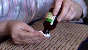 Cukrzyk dojrzała kobieta monitoruje zestaw sprawdza jej krwionośnej glikozy poziom w domu z ona domowa glikoza Pomiar zbiory wideo