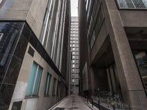 Cul-de-sac bij de bodem van wolkenkrabbers in Toronto van de binnenstad, Ontario, Canada, in CBD stock afbeeldingen