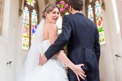 Cul de saisie de jeune mariée de marié au mariage dans l'église Image stock