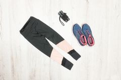 Culasses de sports, espadrilles et corde de saut Sports à la mode concentrés Photo libre de droits
