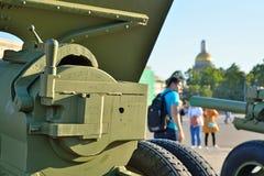 Culatra de armas da artilharia de WWII no fundo de St Isaac Foto de Stock Royalty Free