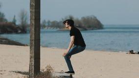 Culbute à l'envers sautante sur le mouvement lent de plage clips vidéos