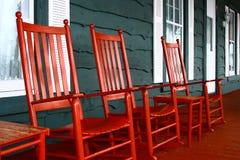 Culbuteurs rouges sur un porche images stock