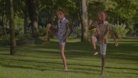 Cule mali tancerze wykonuje hip hop w parku zbiory wideo