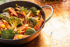 Culinária asiática com vegetais sazonais em um frigideira chinesa Fotografia de Stock