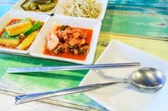Kimchi no prato do quadrado branco com colher e costeletas Fotografia de Stock Royalty Free