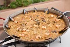 Culinária do arroz espanhol do prato do paella foto de stock