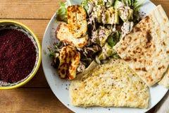 Culinária do Oriente Médio: salada do halloumi com abacate, ervas e s fotografia de stock