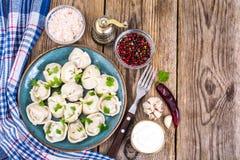 Culinária do russo As bolinhas de massa caseiros encheram a carne Fotografia de Stock