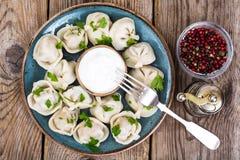 Culinária do russo As bolinhas de massa caseiros encheram a carne Imagem de Stock