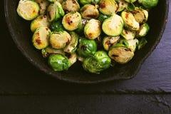 culinária do vegetariano Couve-de-bruxelas roasted com azeite bobina Imagens de Stock