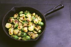 culinária do vegetariano Couve-de-bruxelas roasted com azeite bobina Foto de Stock Royalty Free