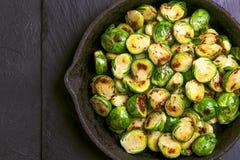 culinária do vegetariano Couve-de-bruxelas roasted com azeite bobina Fotografia de Stock Royalty Free