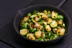 culinária do vegetariano Couve-de-bruxelas roasted com azeite bobina Fotos de Stock