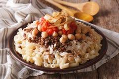 Culinária egípcia: close-up do kushari na placa horizontal Foto de Stock