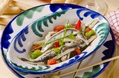 Culinária espanhola. Anchovas frescas postas de conserva. Boquerones. Imagem de Stock