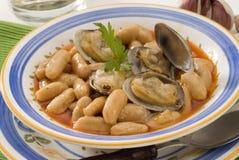 Culinária espanhola. Moluscos e feijões asturianos. fotografia de stock royalty free