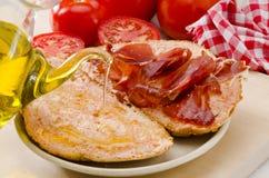 Culinária espanhola. Pão do tomate e presunto de Serrano. Tomaquet do amb do Pa mim Fotografia de Stock