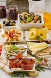 Culinária espanhola. Variedade de tapas nas placas brancas. Imagem de Stock Royalty Free