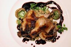 Culinária europeia do restaurante, codorniz grelhada Fotografia de Stock