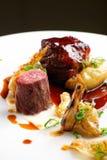 Culinária Haute, bifes grelhados do cordeiro com um molho do porto foto de stock