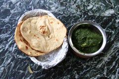 Culinária indiana: galinha no molho dos espinafres com naan Foto de Stock