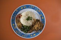 A culinária indonésia do alimento chamou o ` de Nasi Ayam Penyet do ` imagens de stock royalty free
