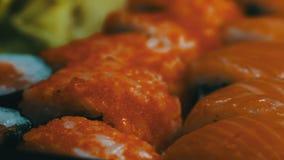 Culinária japonesa do sushi com os peixes crus frescos Prato japonês que consiste no arroz, os salmões ou o atum, o camarão e as  filme