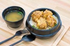 Culinária japonesa - Fried Pork com o ovo no arroz Katsudon - o japonês panou a costoleta fritada da carne de porco na tabela de  fotografia de stock royalty free
