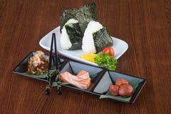 Culinária japonesa onigiri ou arroz no fundo Foto de Stock