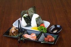 Culinária japonesa onigiri ou arroz no fundo Imagem de Stock