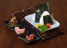 Culinária japonesa onigiri ou arroz no fundo Fotos de Stock