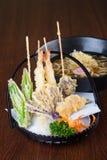 Culinária japonesa tempura com o macarronete no fundo Fotografia de Stock