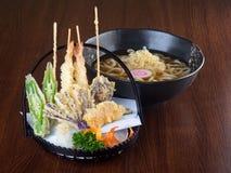Culinária japonesa tempura com o macarronete no fundo Imagens de Stock