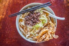 Culinária japonesa, Tempura sobre macarronetes do Udon foto de stock