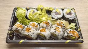Culinária japonesa: Uramaki saboroso e Futo Maki serviram na caixa afastada Foto de Stock Royalty Free